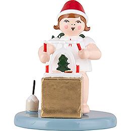 Weihnachtsengel sitzend mit Mütze und Pyramide   -  6,5cm